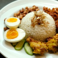 椰漿飯與氣炸花生、江魚仔、薑黃小雞腿、參峇洋蔥江魚仔 Nasi Lemak with Airfried Peanuts, Anchovies, Turmeric Drumettes, Sambal Fried Onion Achiovies